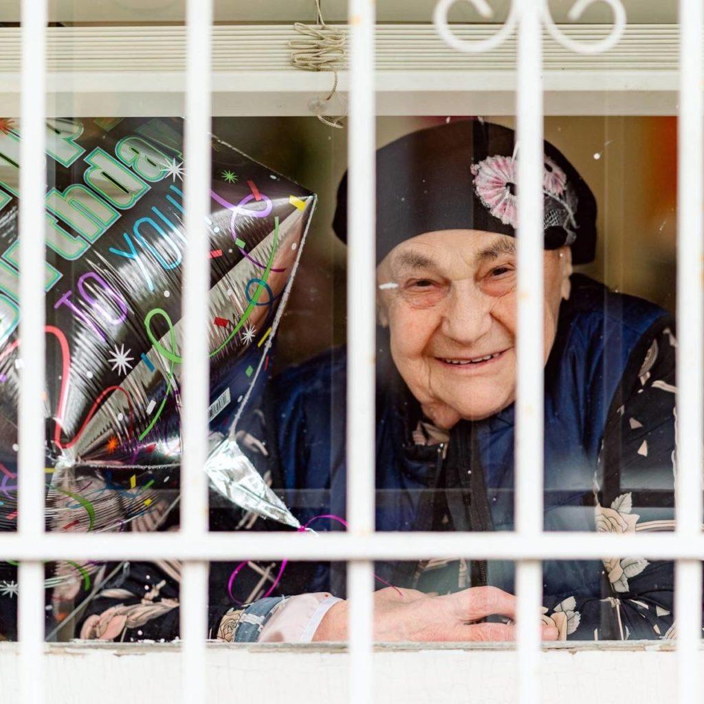Karanténban köszöntötték a 92 éves magyar holokauszttúlélőt New Yorkban