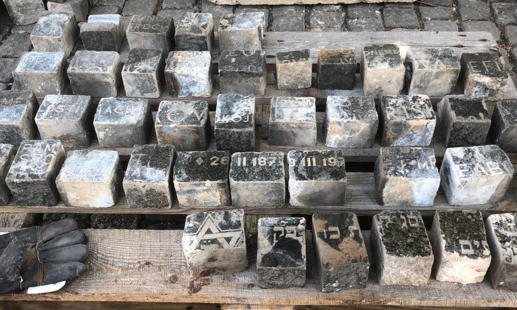 Évtizedekig zsidó sírköveken jártak Prágában
