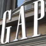 Auschwitzi lágerruhára emlékeztető pólót árul a Gap