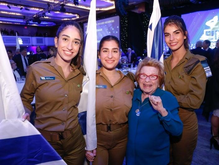 Dr. Ruth: egész életükben jó lesz a szexuális élete az izraeli hadseregben szolgálóknak
