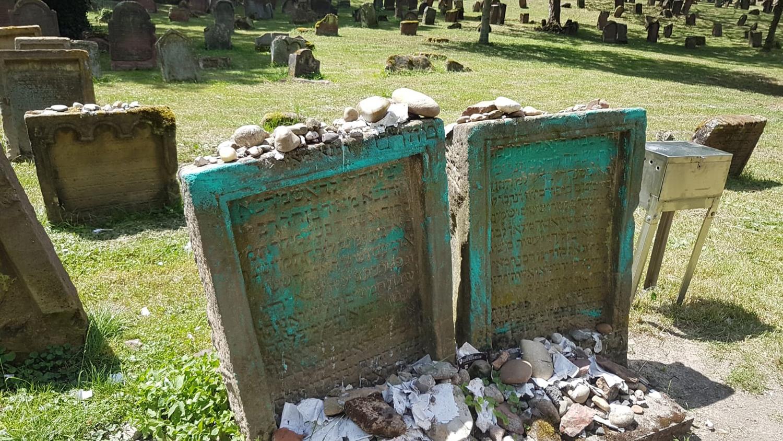 Több tucat sírkövet rongáltak meg Európa legrégebbi zsidó temetőjében