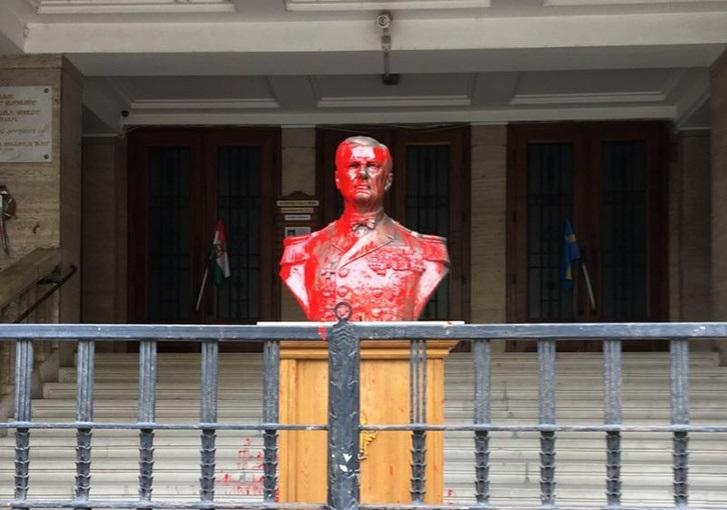 Vádat emelnek a Horthy-szobrot vörös festékkel leöntő nő ellen