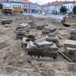 Több mint 150 zsidó sírkövet találtak egy lengyel város piactere alatt