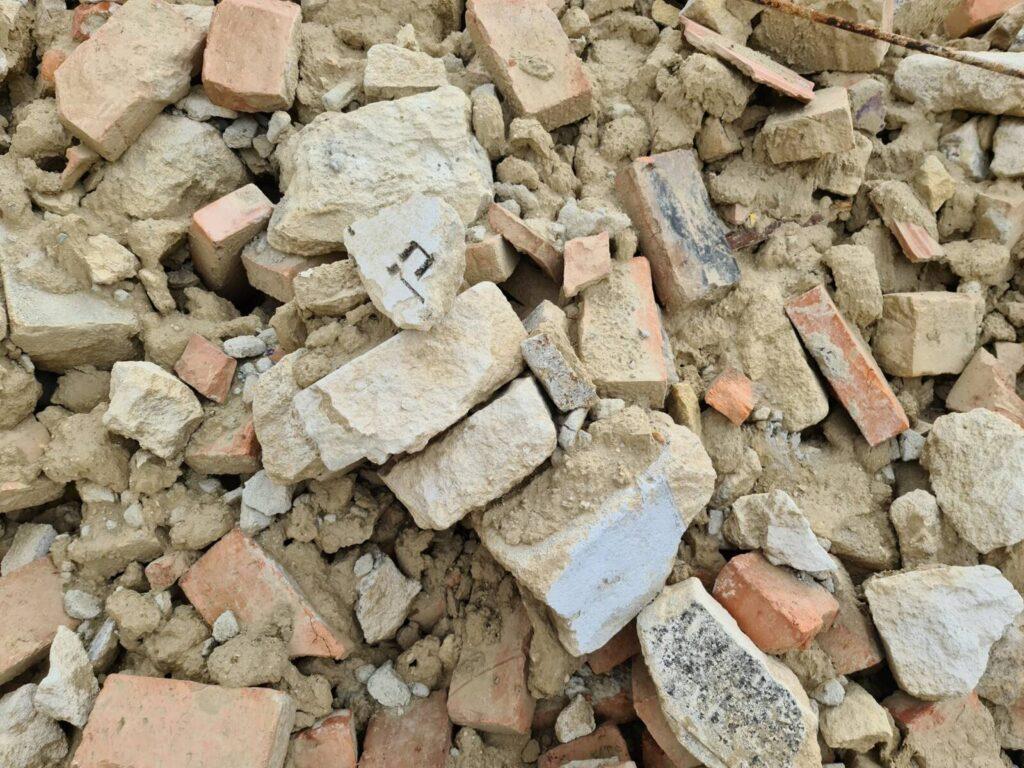 Több tucat zsidó sírkőmaradvány került elő egy pajta lebontása után Sopronkeresztúron