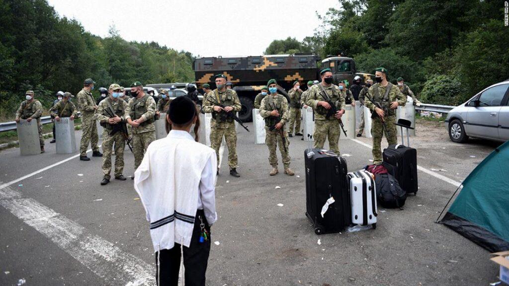 A Vöröskereszt segíti az ukrán határon rekedt haszid zarándokokat