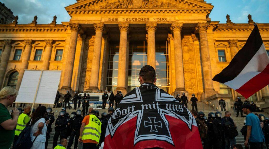 Antiszemita tiltakozók akartak betörni a német parlament épületébe