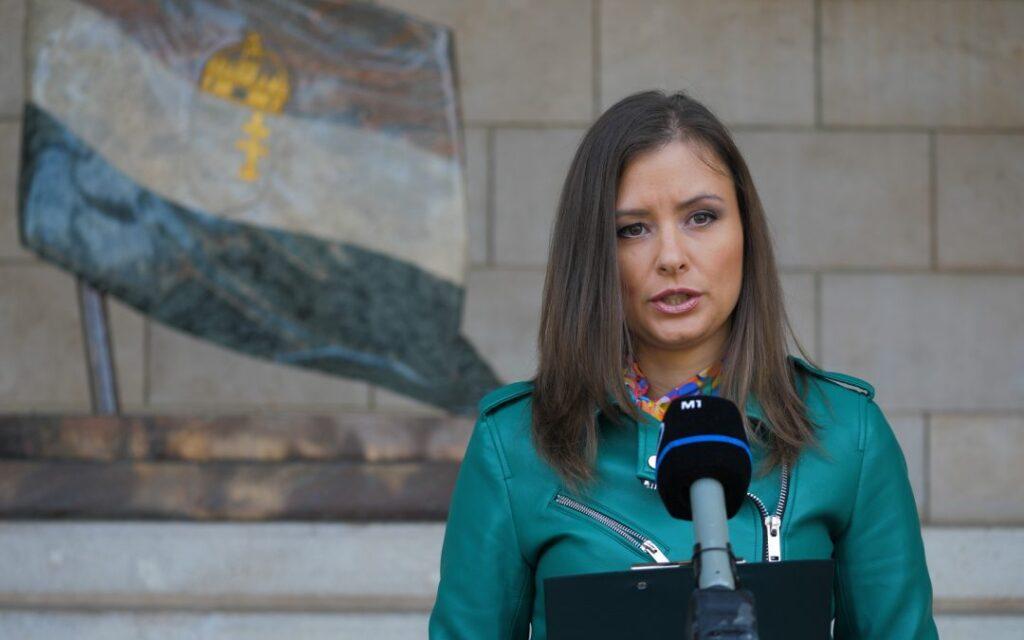 Dúró Dóra szerint a Facebook beavatkozik a magyar közéletbe