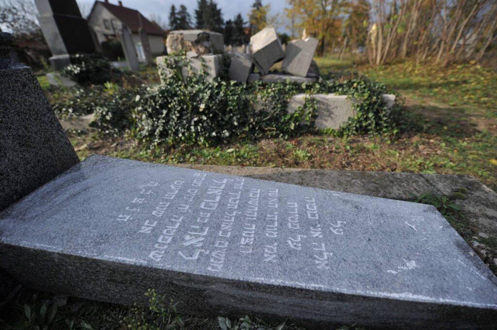 Sírköveket döntöttek le a keceli zsidó temetőben