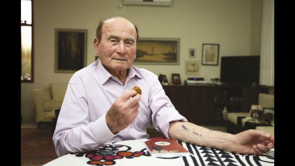 Évente megeszik egy falafelt az auschwitzi halálmenet emlékére egy magyar holokauszt-túlélő