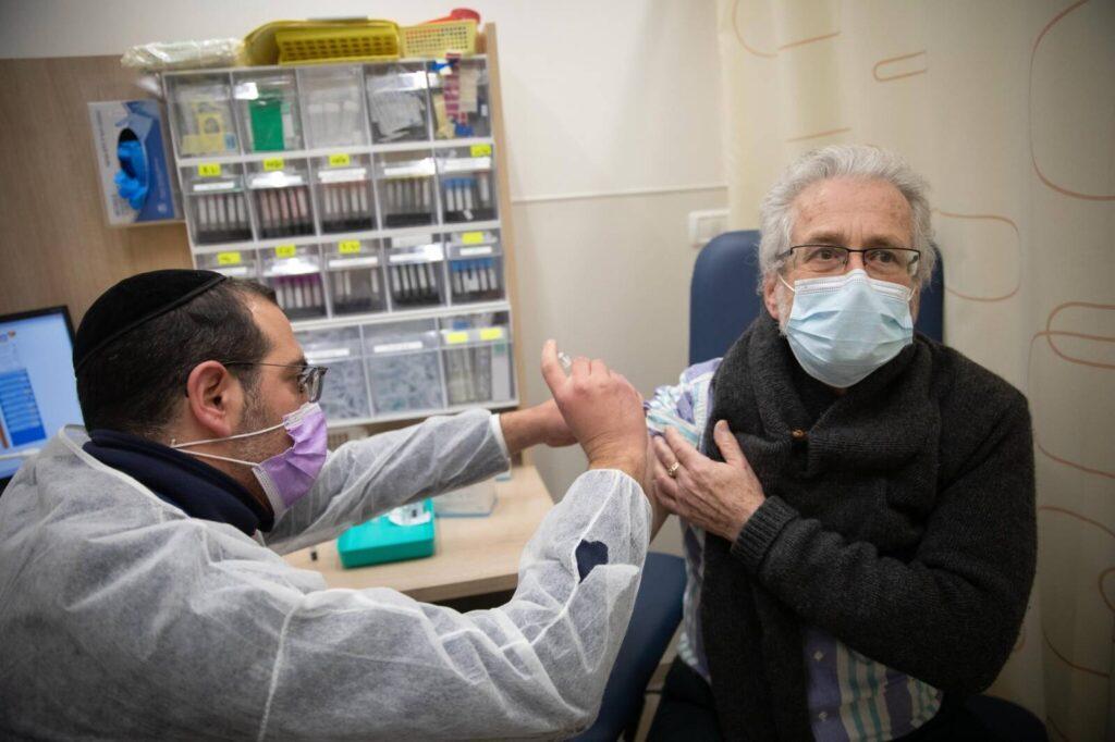 Izraelben a beoltottaknál mintegy felére csökkent a megfertőződés