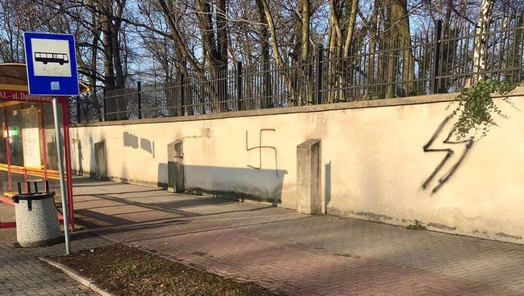 Horogkeresztet rajzoltak egy Auschwitz közelében lévő zsidó temetőre
