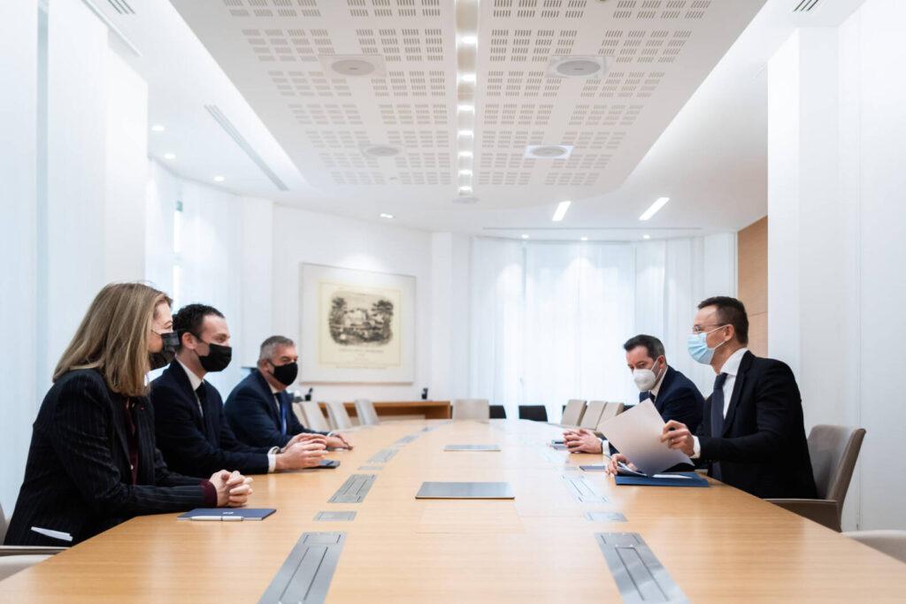 Kiborultak Szijjártó Péter követői, mert a miniszter a Rothschild családdal tárgyalt