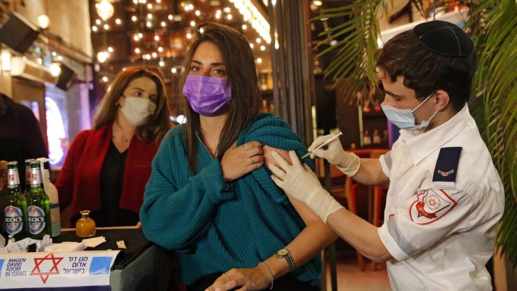 A fertőzés továbbadását is hatékonyan akadályozza a Pfizer vakcinája