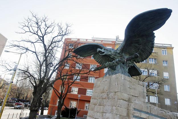 Mégis megtartaná Pokorni a sokak érzékenységét sértő Turul-szobrot