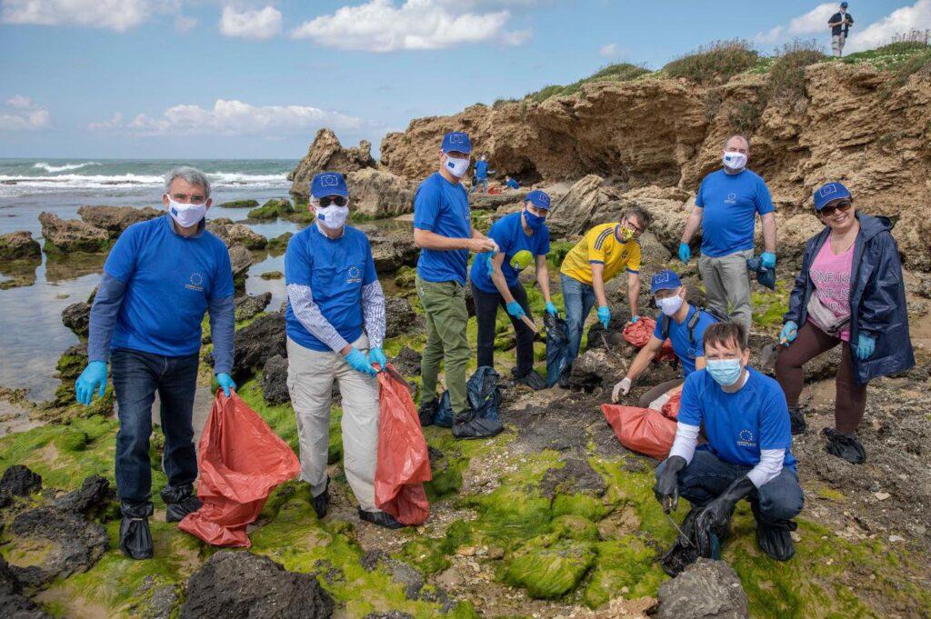 A magyar nagykövetség munkatársai is segédkeztek az izraeli tengerpart megtisztításában