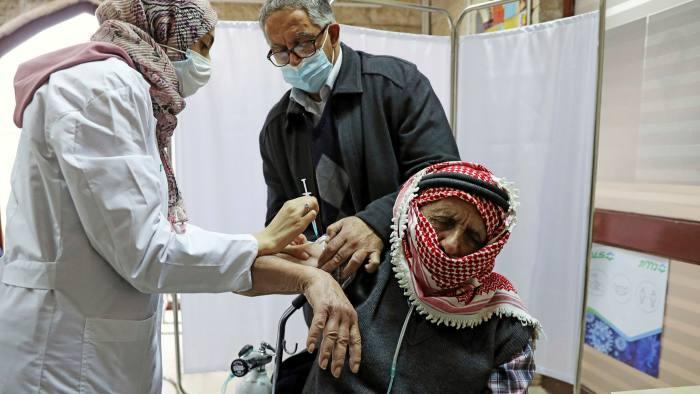 A palesztinok 64 ezer adagnyi oltóanyagot kaptak a Pfizertől és a WHO-tól