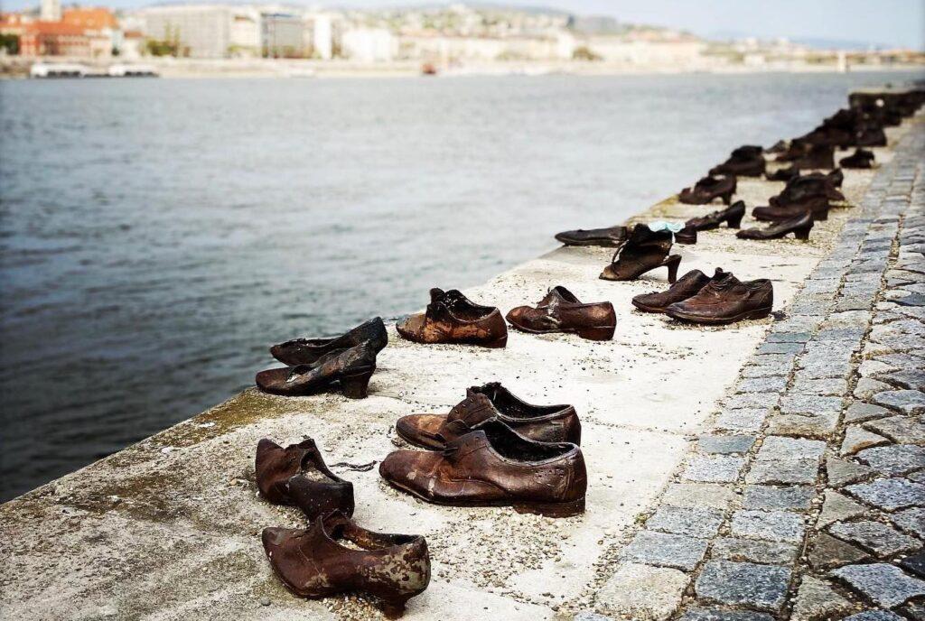 A Duna-parti cipőkről posztolt Tony Curtis lánya