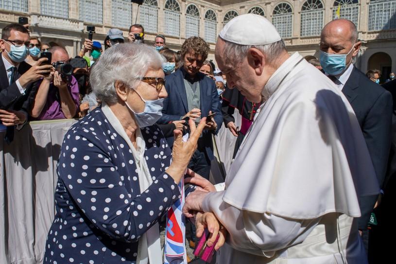 A pápa megcsókolta a tetovált rabszámot egy auschwitzi túlélő karján