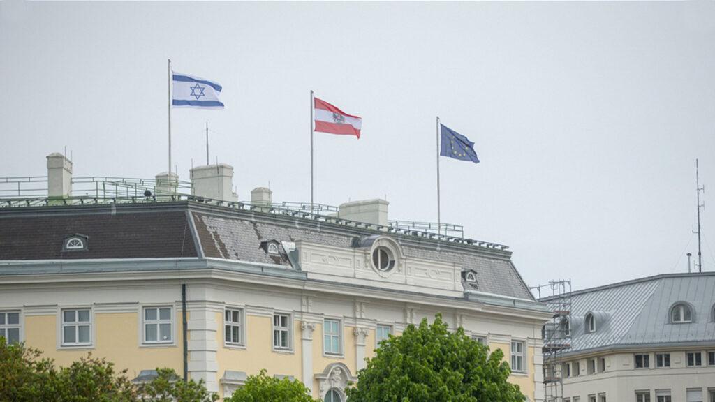 Kitűzték az izraeli zászlót a szolidaritás jeléül az osztrák kancelláriahivatal épületére