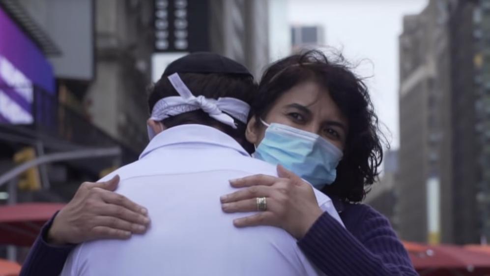 Mi történik, ha egy zsidó ingyen ölelést kínál New York központjában?