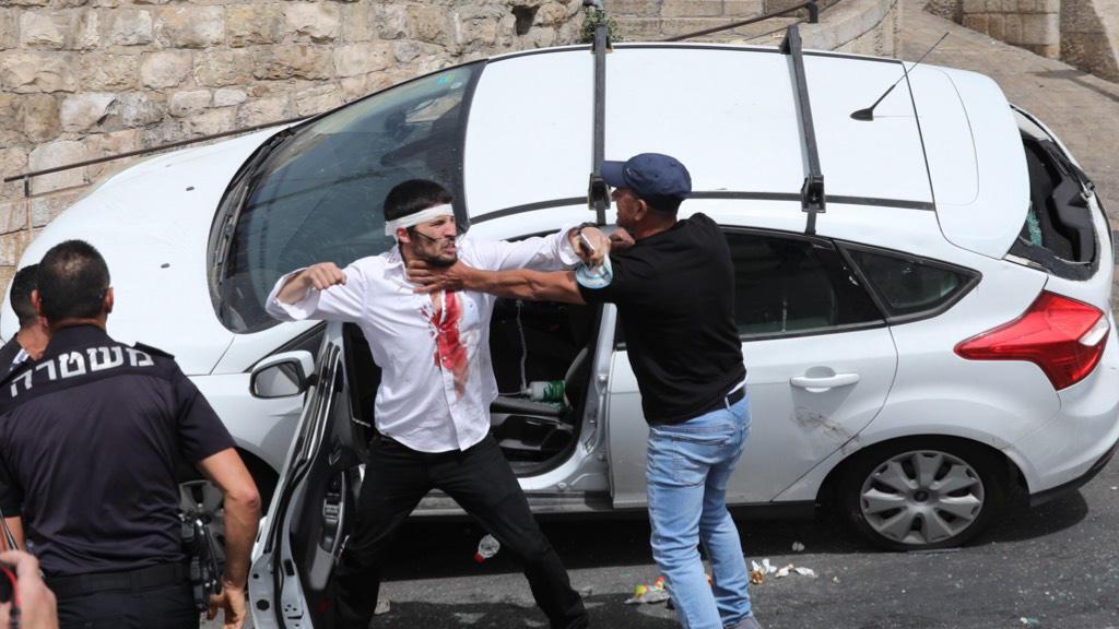 Lincseléstől mentette meg a rendőr egy megtámadott jármű izraeli utasait