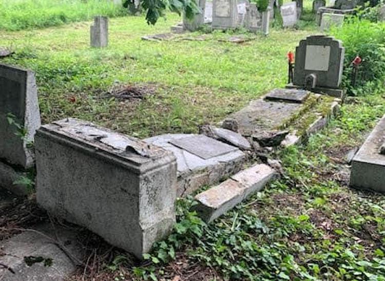 Sírokat rongáltak meg egy zsidó temetőben Romániában