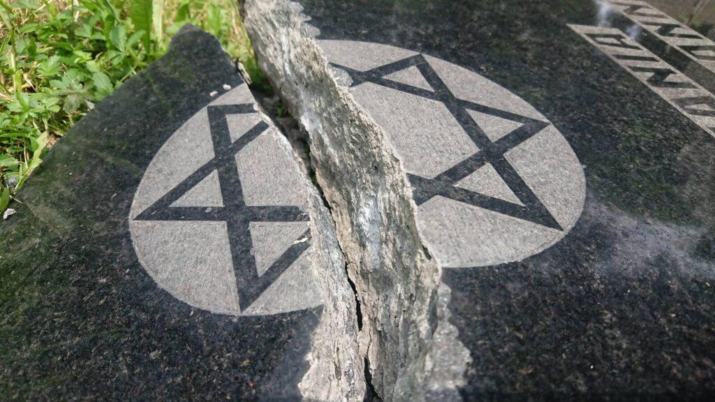 A holokauszt-túlélők napján rongáltak meg közel 70 sírkövet egy lengyelországi zsidó temetőben