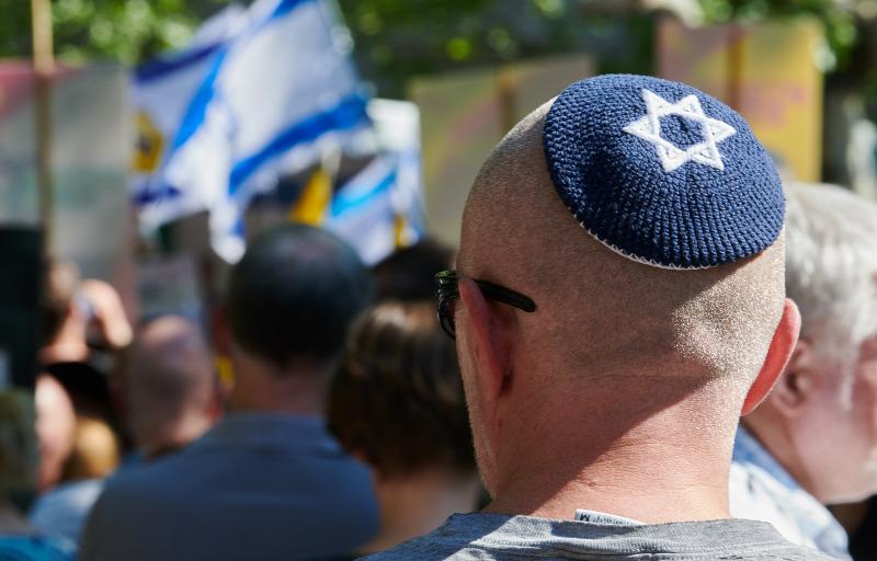 Késsel fenyegettek, fojtogattak egy zsidó férfit a származása miatt egy békéscsabai otthonban