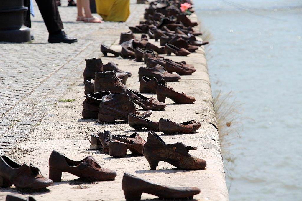 Rod Stewart a Duna-parti cipőknél tisztelgett a meggyilkolt magyar zsidók emléke előtt