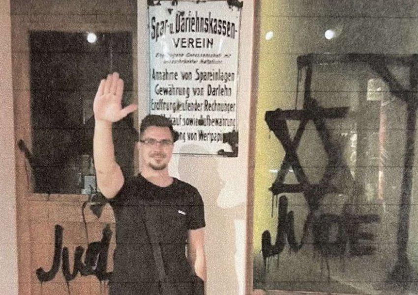 Pont ott integetett náci karlendítéshez hasonló módon, ahol a zsidóüldözést mutatja be egy múzeum