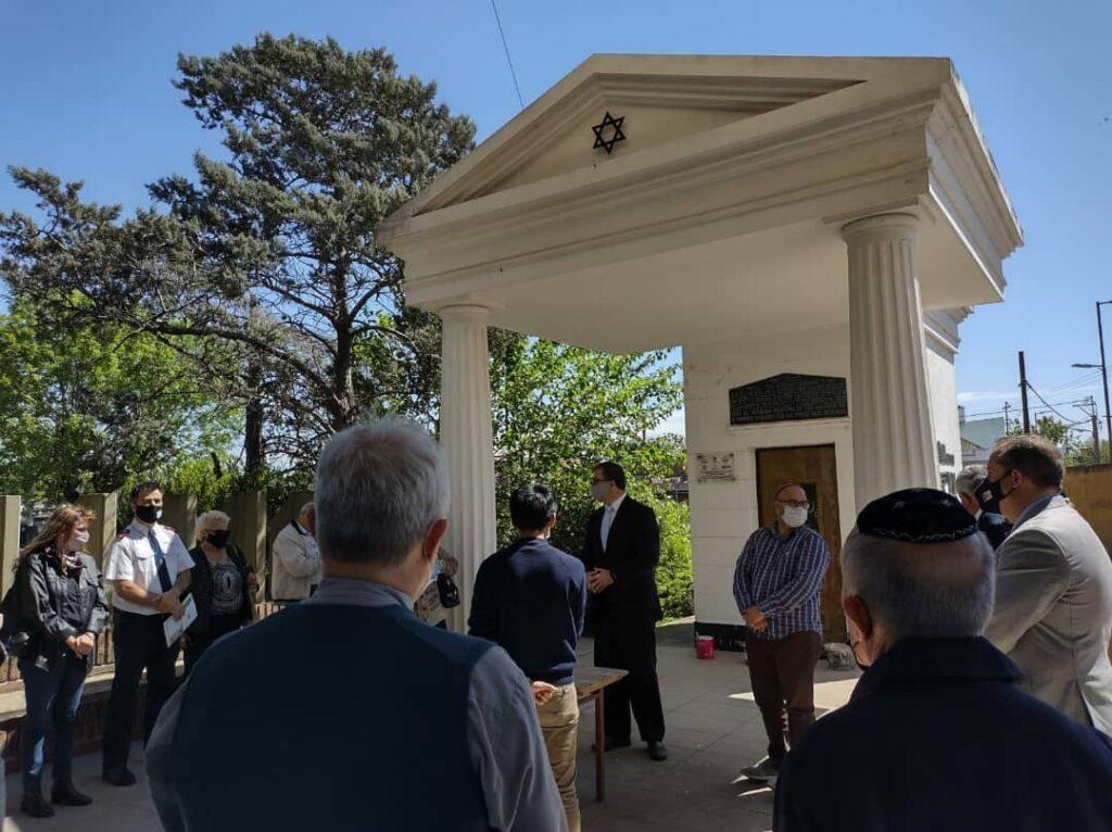 Zsidók, keresztények és muszlimok közösen távolítottak el horogkereszteket egy zsidó temetőben Argentínában